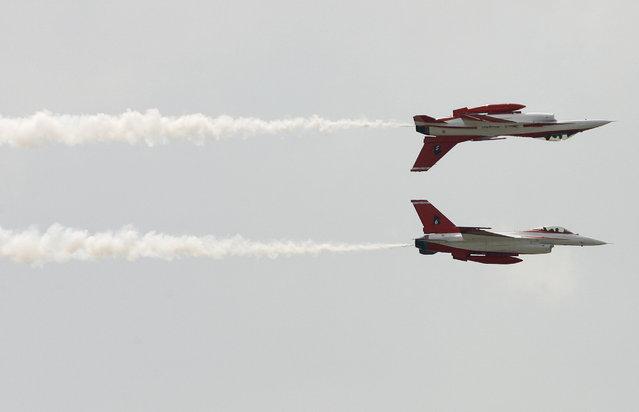 perierga.gr - Απίθανα ακροβατικά αεροσκαφών στον αέρα!