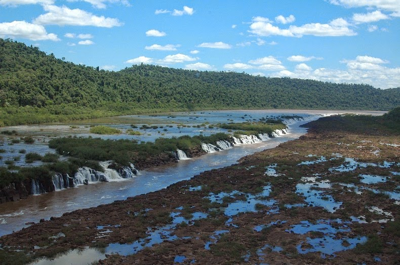 perierga.gr - Παράξενοι καταρράκτες ρέουν παράλληλα με το ποτάμι!