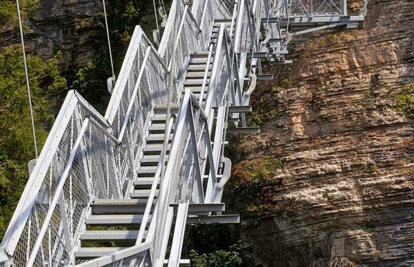 perierga.gr - Τρομακρική πεζογέφυρα κρέμεται στο κενό!