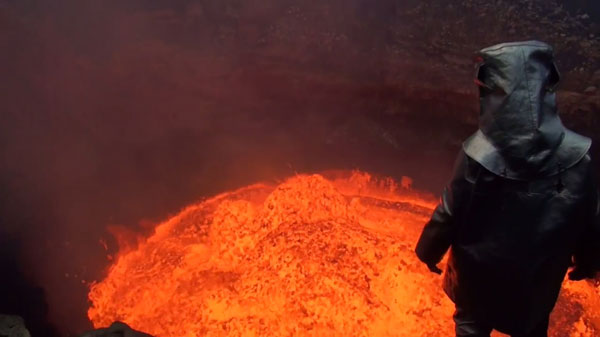 perierga.gr - Στην άκρη του φλεγόμενου κρατήρα!