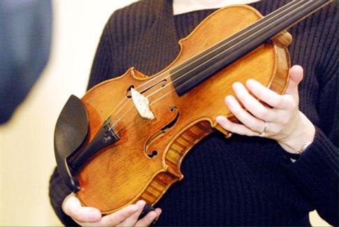 Perierga.gr - Έκανε επέμβαση στο κεφάλι, αλλά αυτή το... βιολί της