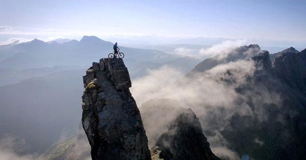 perierga.gr - Κατάβαση σε βράχο με ποδήλατο!