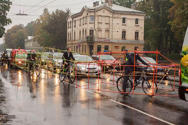 perierga.gr - Ποδηλάτες δείχνουν πόσο χώρο γλιτώνουν τα ποδήλατα στο δρόμο!