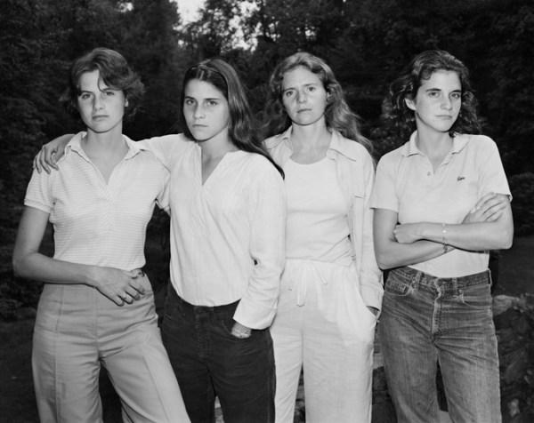 perierga.gr - Αδελφές φωτογραφίζονται κάθε 5 χρόνια από το 1975!