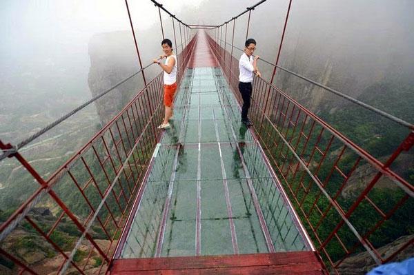 perierga.gr - Κρεμαστή γέφυρα από γυαλί ανεβάζει την αδρεναλίνη!