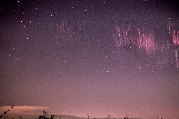 perierga.gr - Κόκκινες λάμψεις στον ουρανό!