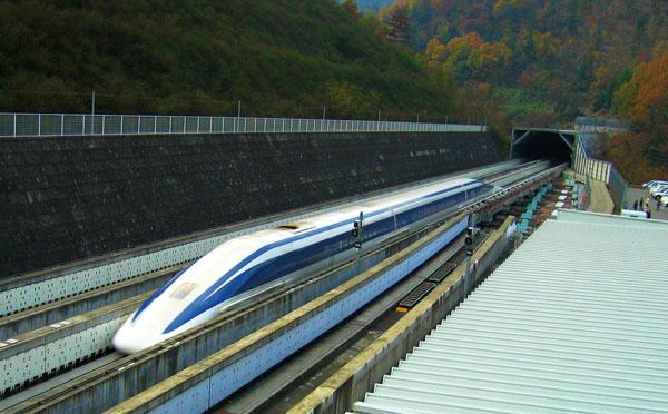 perierga.gr - Τρένο-σαΐτα τρέχει με 480 χλμ. την ώρα!