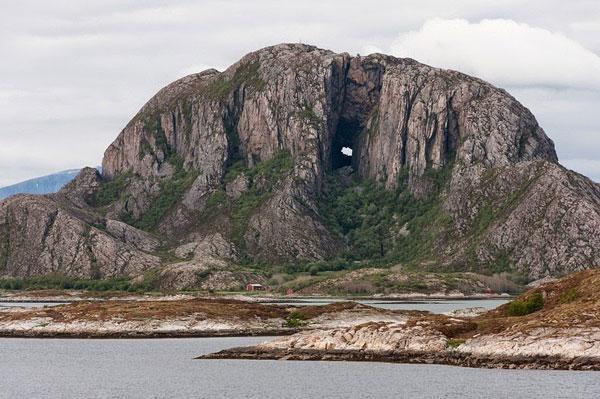 perierga.gr - Torghatten: Το παράξενο βουνό με την τρύπα στο κέντρο του!