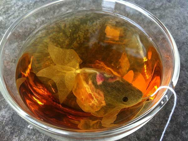 perierga.gr - Φλιτζάνι τσαγιού ή γυάλα με χρυσόψαρα;