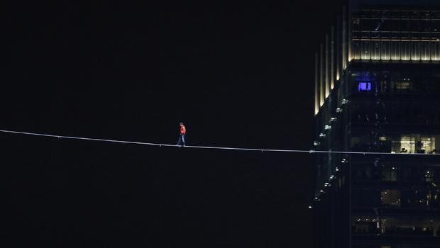 perierga.gr - Βόλτα στους ουρανοξύστες του Σικάγο σε τεντωμένο σχοινί!