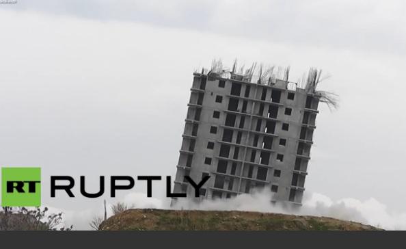 Perierga.gr - Το κτήριο που αρνείται να πέσει!