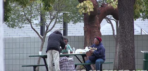 Έδωσε 100 δολάρια σε άστεγο και τον παρακολούθησε για να δει πως θα τα ξοδέψει!
