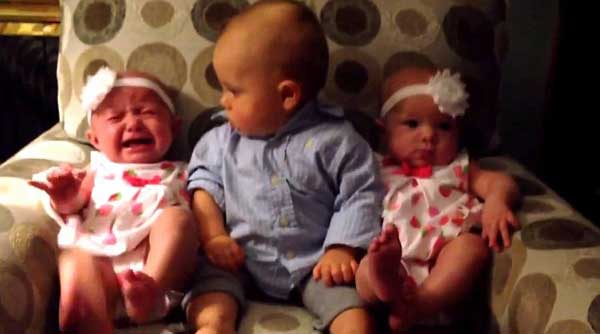 perierga.gr - Μωρό μπερδεύεται βλέποντας τις δίδυμες αδελφές του!
