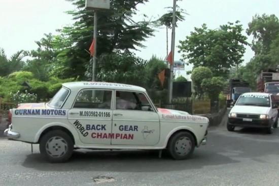 perierga.gr - Ταξιτζής οδηγεί 11 χρόνια... ανάποδα!