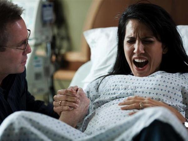 perierga.gr - Πιο οδυνηρός ο τοκετός όταν είναι μέσα στην αίθουσα ο σύζυγος!