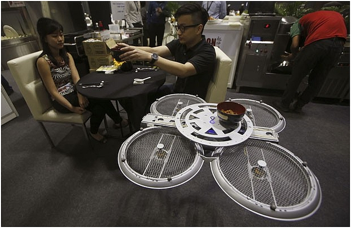 perierga.gr - Drone σερβίρουν πελάτες σε εστιατόριο της Σιγκαπούρης!