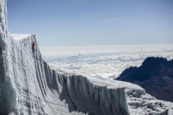 perierga.gr - Σκαρφαλώνοντας στους παγετώνες του Κιλιμάντζαρο!