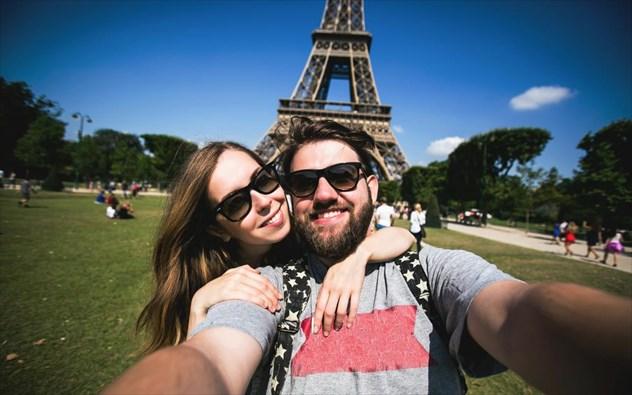 perierga.gr - Ο Πύργος του Άιφελ στα περισσότερα ταξιδιωτικά… selfies!