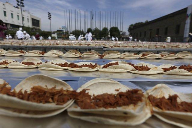 perierga.gr - Μεξικανοί σεφ έφτιαξαν το μεγαλύτερο taco στο κόσμο!