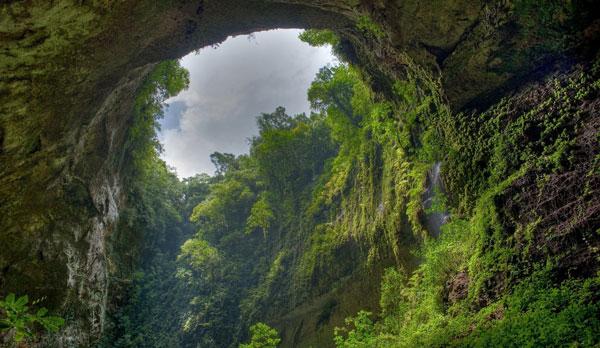 perierga.gr - Μέσα στο μεγαλύτερο σπήλαιο του κόσμου με drone!