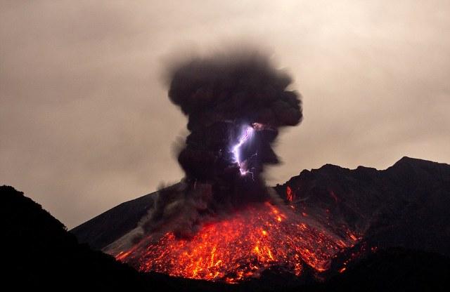 perierga.gr - Ηφαιστειακές αστραπές σε όλο τους το μεγαλείο!