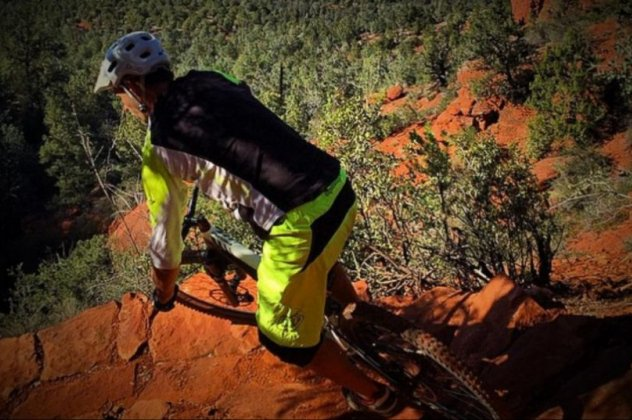 perierga.gr - Ποδηλάτης κάνει ορθοπεταλιές αψηφώντας τη βαρύτητα!