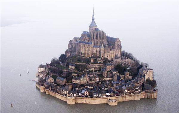 perierga.gr - Η «παλίρροια του αιώνα» έκανε νησί το Mont Saint Michel!