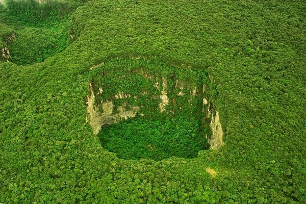 perierga.gr - Τεράστιες καταβόθρες στην κορυφή βουνού!