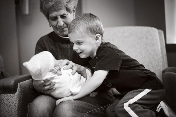 perierga.gr - Παιδιά βλέπουν για πρώτη φορά τα νεογέννητα αδελφάκια τους!