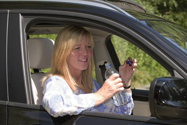 perierga.gr - Οδηγός που δεν πίνει νερό λειτουργεί στο τιμόνι σαν... μεθυσμένος!