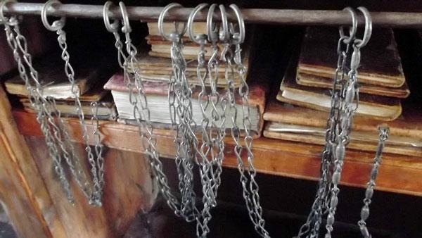 perierga.gr - Οι τελευταίες βιβλιοθήκες με... αλυσίδες!