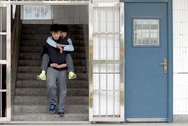 perierga.gr - Μεταφέρει κάθε μέρα τον ανάπηρο συμμαθητή του στην πλάτη!