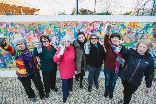 perierga.gr - Γιαγιάδες κάνουν γκράφιτι στους δρόμους της Λισαβόνας!