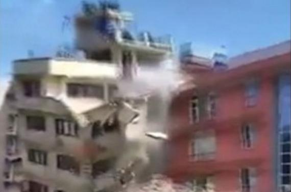 Perierga.gr - Κτήριο καταρρέει από νέο σεισμό στο Νεπάλ