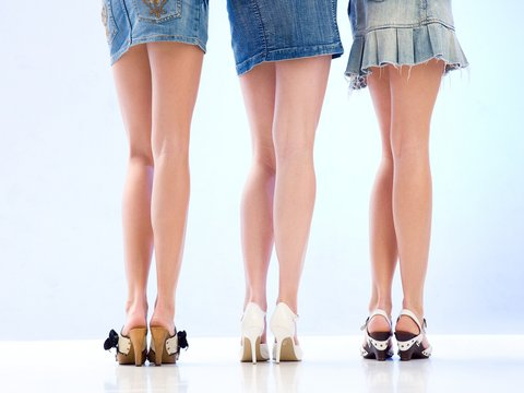 perierga.gr - Όσο πιο κοντή η φούστα τόσο πιο... φτηνό το μενού!