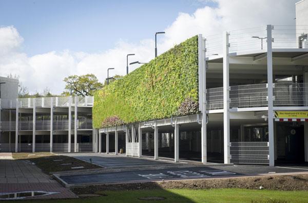 perierga.gr - To πρώτο πάρκινγκ στον κόσμο με τον μεγαλύτερο κάθετο κήπο!