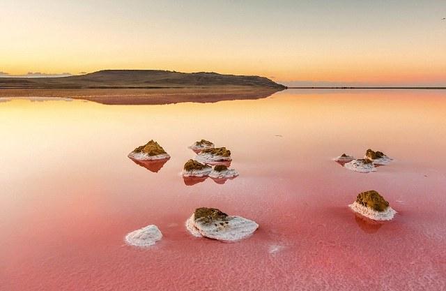 perierga.gr - Η κόκκινη λίμνη της Κριμαίας!