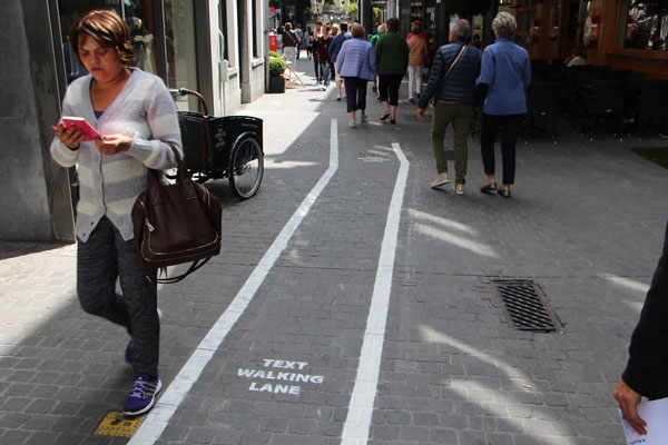 perierga.gr - Ειδική λωρίδα για όσους περπατούν και γράφουν μηνύματα στο Βέλγιο!