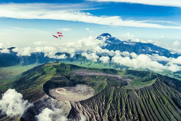 perierga.gr - Πετώντας με wingsuit πάνω από τα ηφαίστεια της Ινδονησίας!