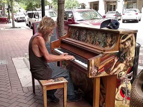 perierga.gr - Άστεγος παίζει πιάνο καλύτερα κι από σολίστα!