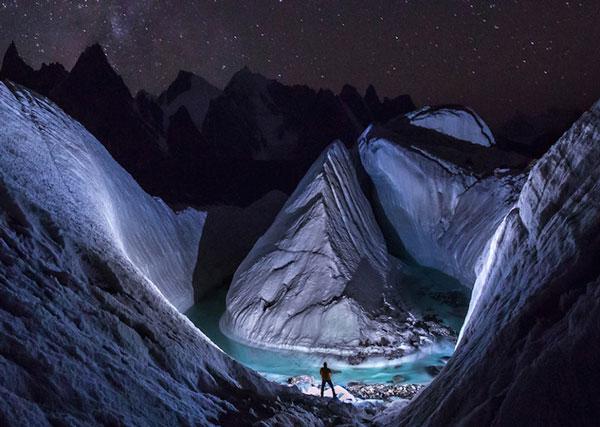 perierga.gr - Drone συνέλαβε μοναδική εικόνα στην κορυφή παγετώνα!