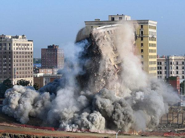 perierga.gr - Drone καταγράφει την κατεδάφιση ενός παλαιού κτηρίου!