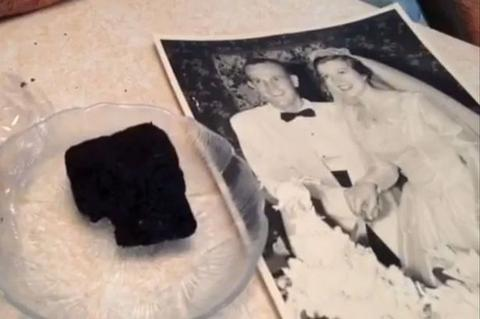 perierga.gr - Παντρεύτηκαν το 1955 και τρώνε ακόμα τη γαμήλια τούρτα τους!
