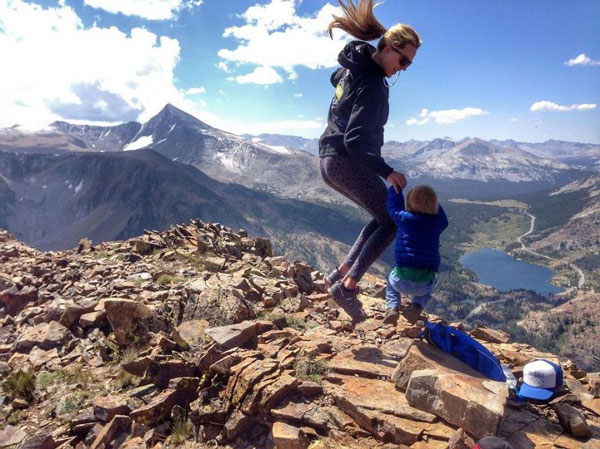perierga.gr - 2χρονος ορειβάτης σκαρφαλώνει με άνεση στα βράχια!