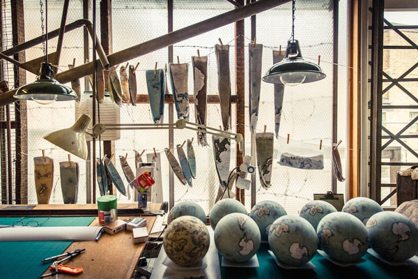 perierga.gr - Το μοναδικό εργαστήριο χειροποίητων υδρόγειων σφαιρών στον κόσμο!