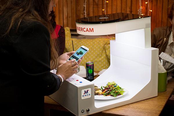perierga.gr - Μίνι φωτογραφικό στούντιο σε εστιατόριο για άριστες λήψεις πιάτων!