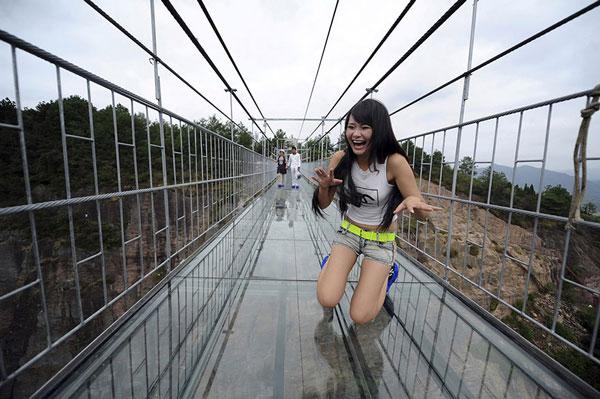 perierga.gr - Η μεγαλύτερη γυάλινη γέφυρα στον κόσμο!