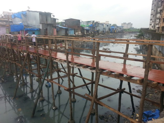 perierga.gr - 17χρονος χτίζει γέφυρα για ασφαλή πρόσβαση σε σχολείο!