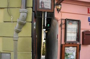 perierga.gr - Ο στενότερος δρόμος στην Πράγα έχει φανάρι για τους πεζούς!