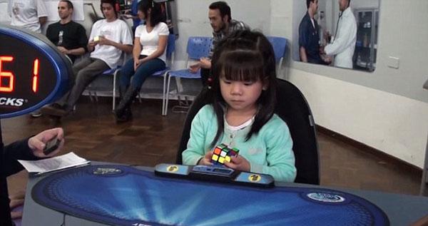 perierga.gr - 3χρονη λύνει τον κύβο του Ρούμπικ σε 47΄΄!